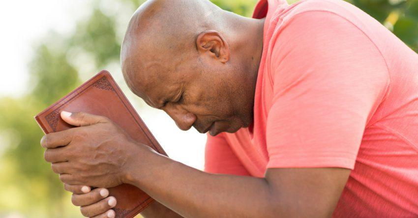 Dios nos llama a librar la batalla prendidos de Su mano.