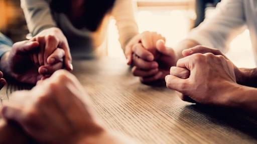Los cristianos debemos mantenernos unidos en oración.